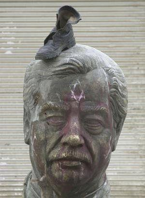 saddam_hussein_shoe_on_head.jpg
