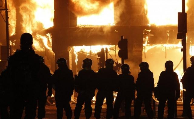 144007-tottenham-riot-north-london-ablaze-with-violence-and-protests.jpg