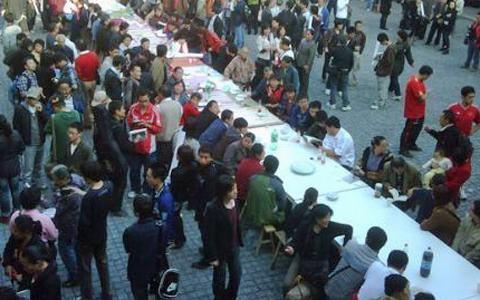 boxun_chinese_ai_weiwei_crab_feasts_7nov10_480.jpg