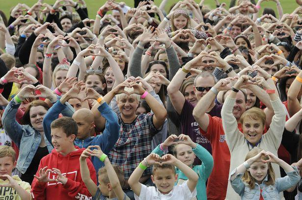 Stephen Sutton Sets a World Record new record for the highest number of people forming a heart shape with their hands