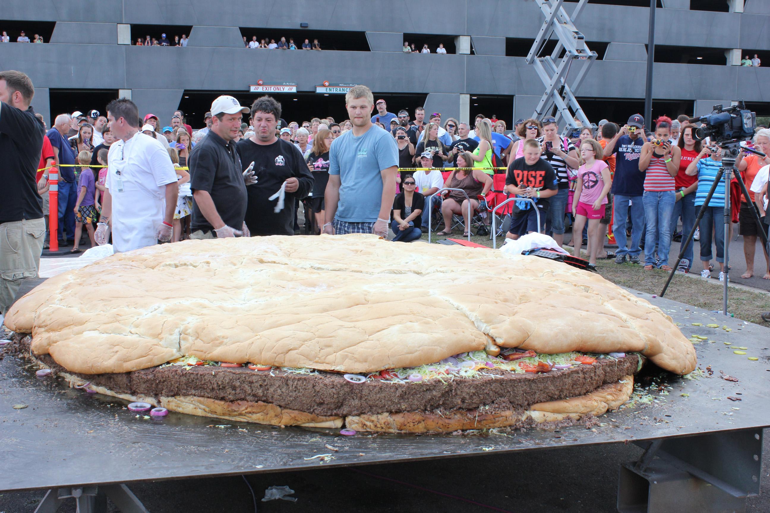 atme hamburger black bear casino resort cheeseburger bacon food - Biggest Cat In The World Guinness 2012