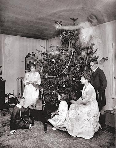 Family Christmas Photo | Creepypasta | Know Your Meme